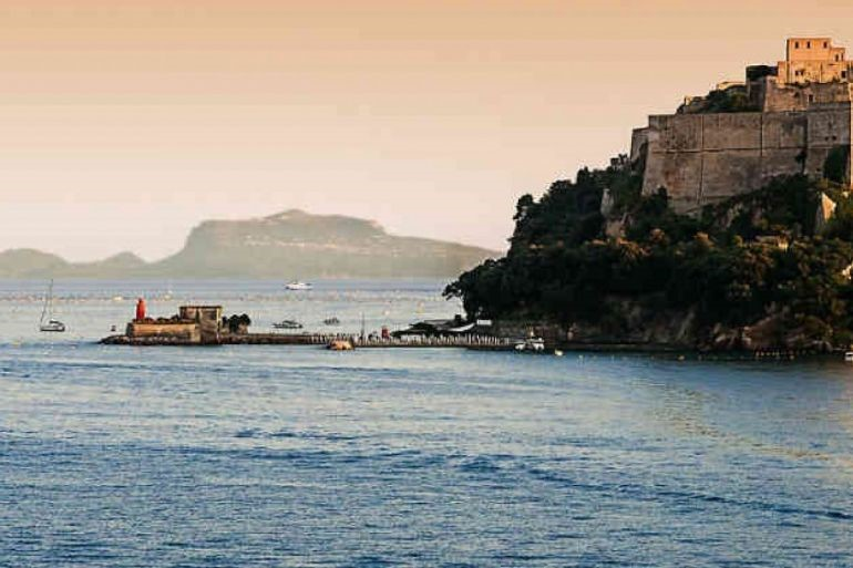 Il viaggio di Neacò: spettacolo serale nel Castello Aragonese di Baia